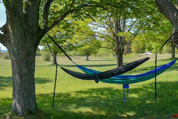 how to set up a hammock outdoors